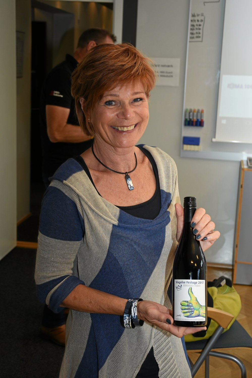 Årets etikette er lavet af den lokale kunstner Estrid Maria Eriksen
